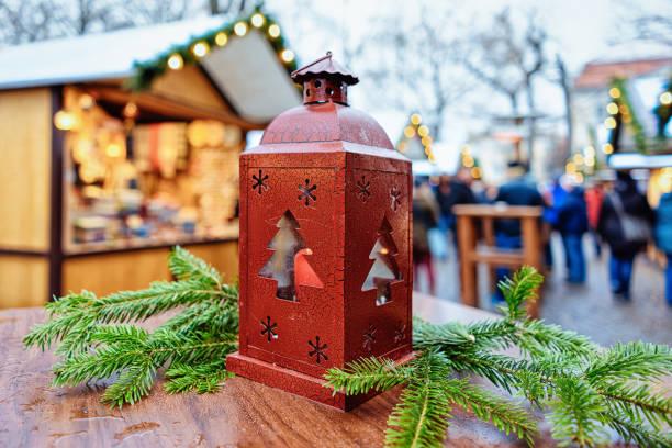 straße laterne weihnachtsmarkt auf dem gendarmenmarkt in berlin-winter-deutschland - adventgeschichte stock-fotos und bilder