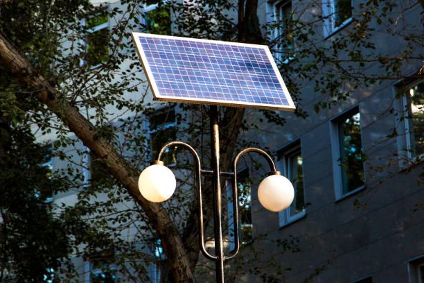 straße laterne mit solar-panel akku - solarleuchten stock-fotos und bilder