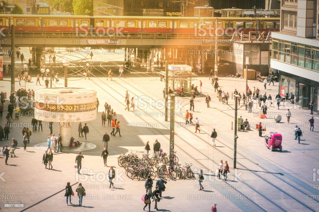 Leben auf der Straße am Alexanderplatz in Berlin Mitte – Foto