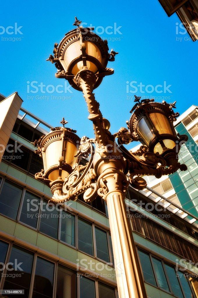 Street light zwischen Bürogebäuden – Foto
