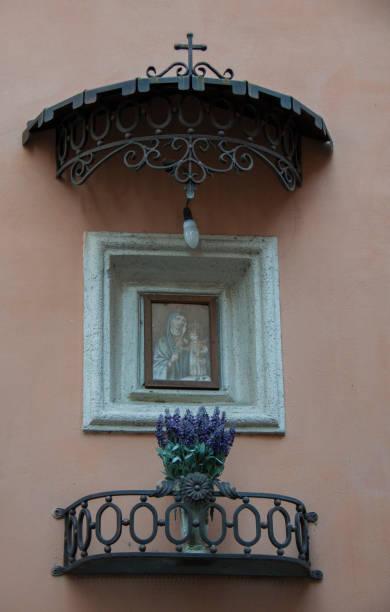 street madonna, tivoli - batalina italy стоковые фото и изображения