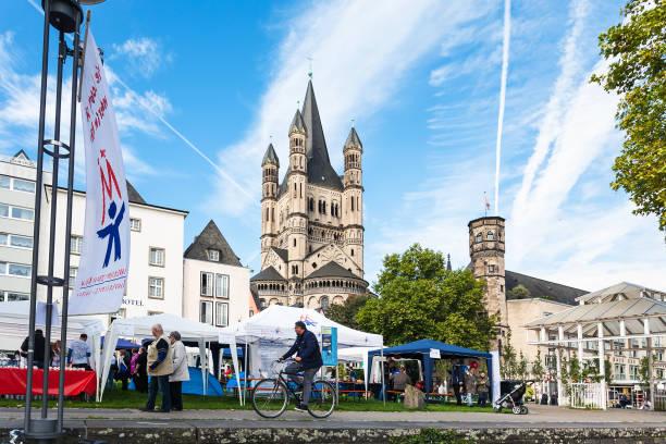 straßenmarkt in der frankenwerft bereich der kölner innenstadt - restaurant köln stock-fotos und bilder