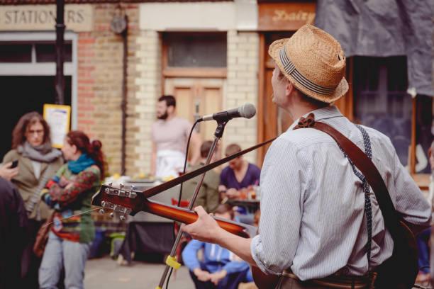 Músico callejero en Columbia Road en Londres (Reino Unido). - foto de stock