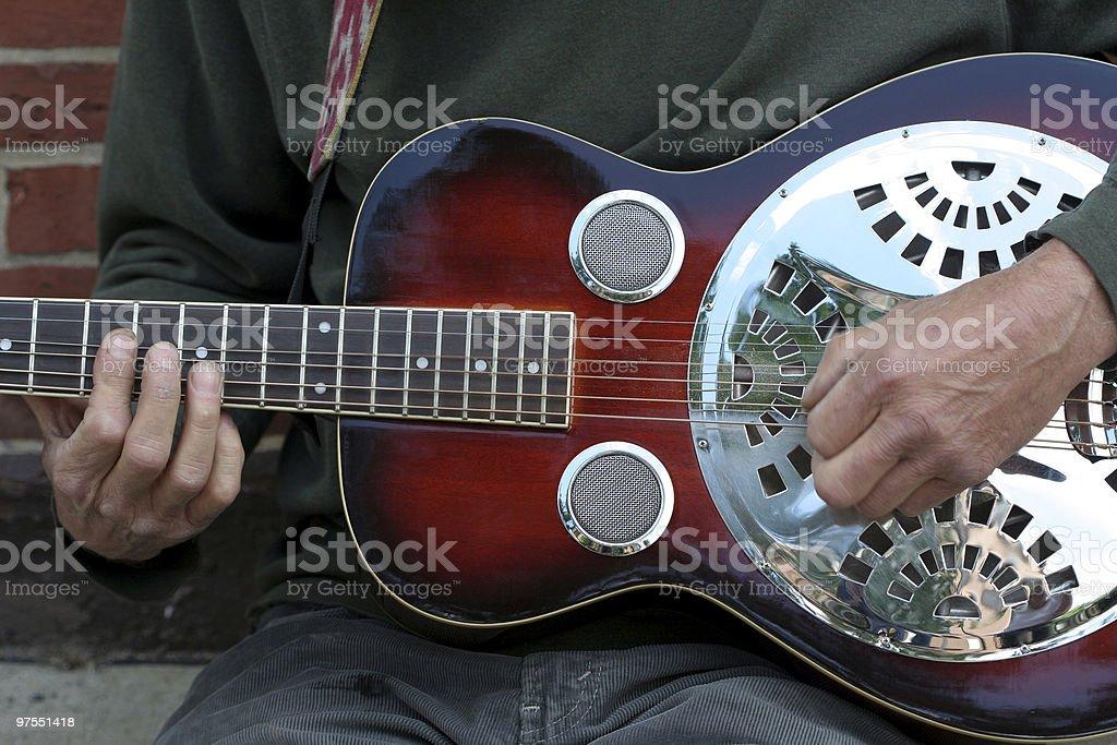 Rue Musicien jouant une guitare Dobro photo libre de droits