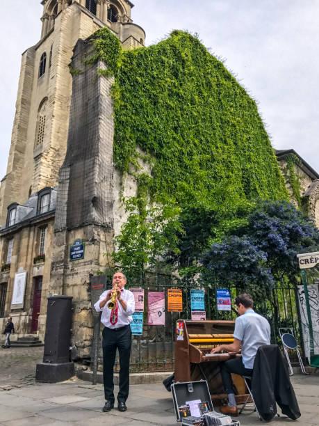 straßenmusiker spielen musik in der nähe von saint germain des pres church, paris, frankreich - klavier verkaufen stock-fotos und bilder