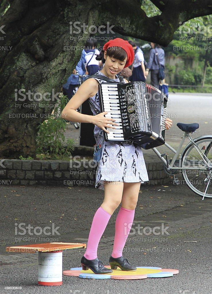Músico de rua tocando o Acordeon em Parque de Ueno, Tóquio. - foto de acervo