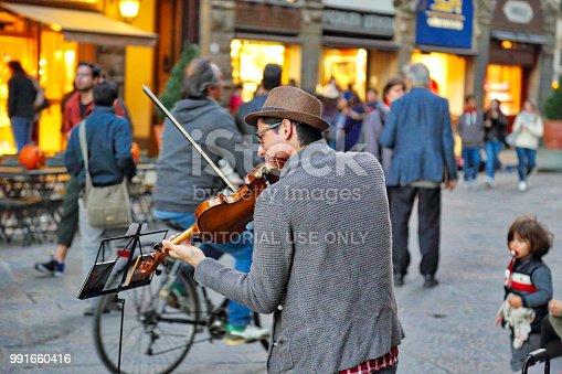 istock Street musicians entertaining tourists near landmark Florence attraction 991660416