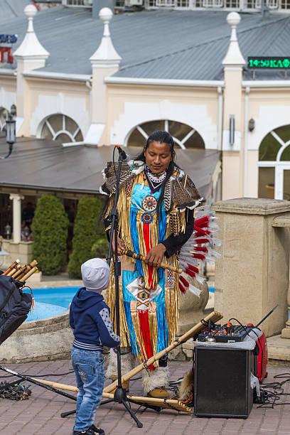 street musiker. - navajo stil stock-fotos und bilder