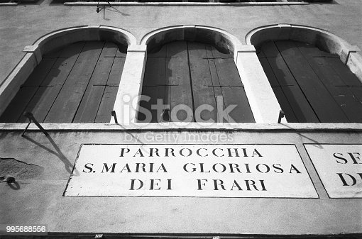 Directions for main landmarks, in Venezia, are frequently found on buildings, written in really large signs that blend in with style with the surrounding buildings. The same thing happens for street name plates that are almost part of the town's decor themselves and are called