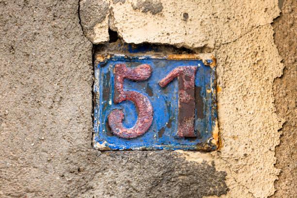 señal de número de calle en la pared - numero 51 fotografías e imágenes de stock