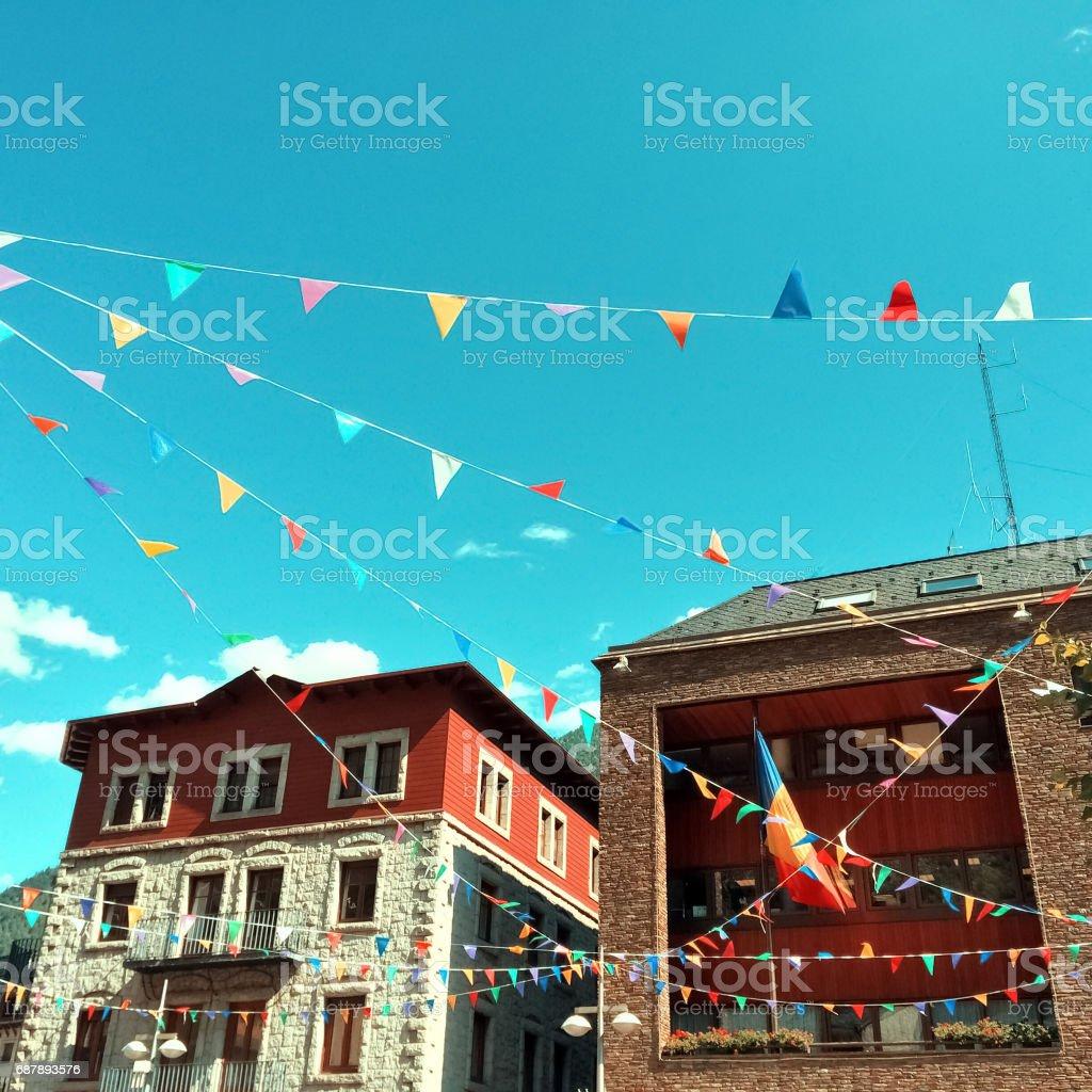 Rua de Andorra La Vella, decorada com bandeirinhas coloridas - foto de acervo