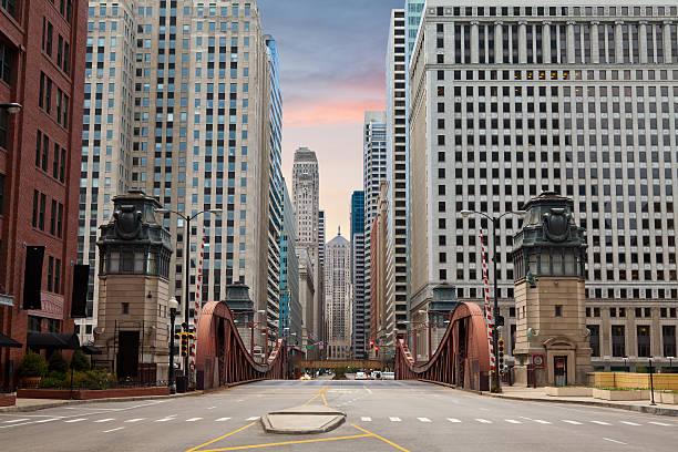 street of chicago. - binnenstad stockfoto's en -beelden