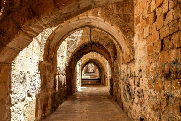 straat van de oude stad jeruzalem alley gemaakt met hand gebogen stenen. israël - israël stockfoto's en -beelden