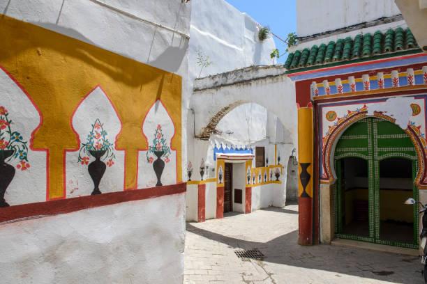 Street of Tetouan, Morocco, entrance of a mosque - foto stock
