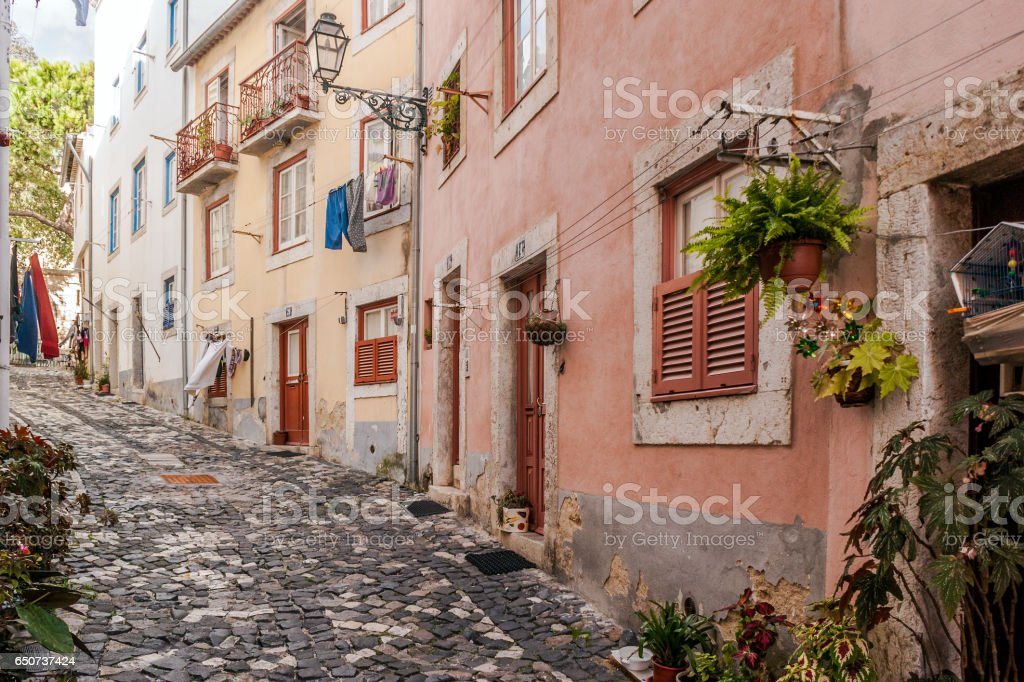 Street of the Alfama district, Lisbon - fotografia de stock