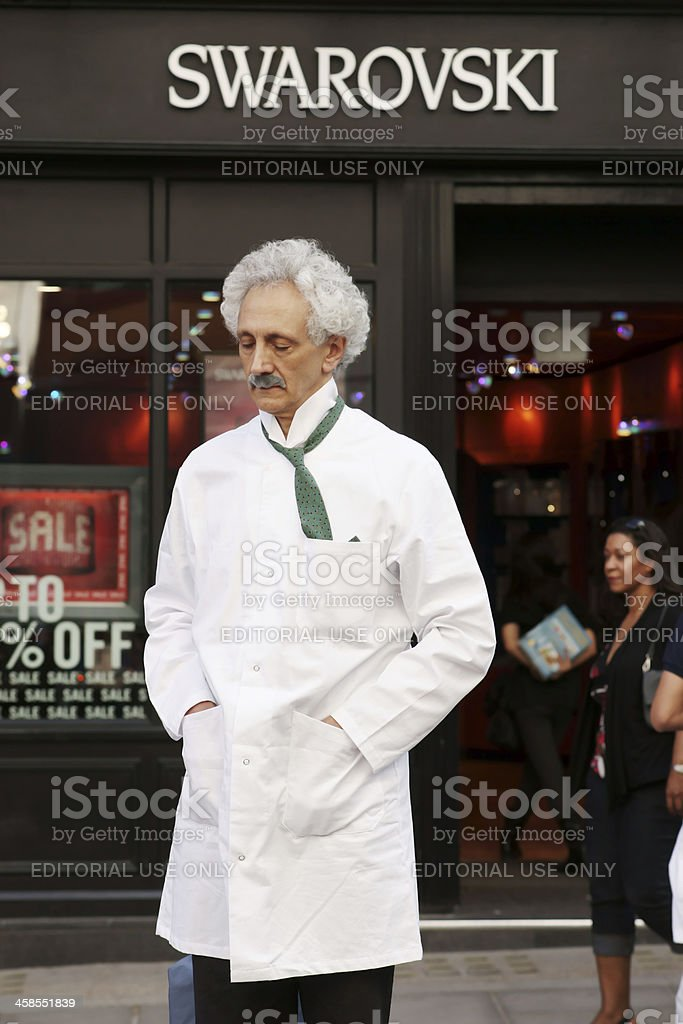 Straßenkünstler imitating Albert Einstein – Foto