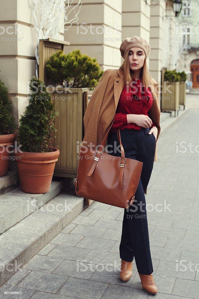 Street photo of young beautiful woman wearing stylish classic clothes – Foto
