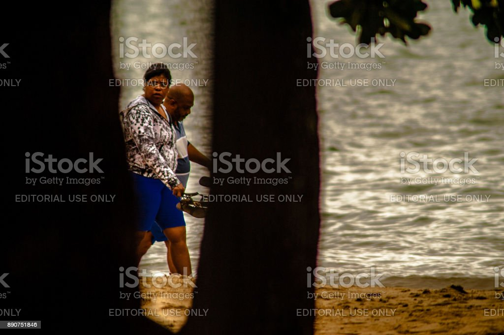 Rua fotografia documentando o cotidiano da vida de praia em Ilhabela, Brasil. - foto de acervo