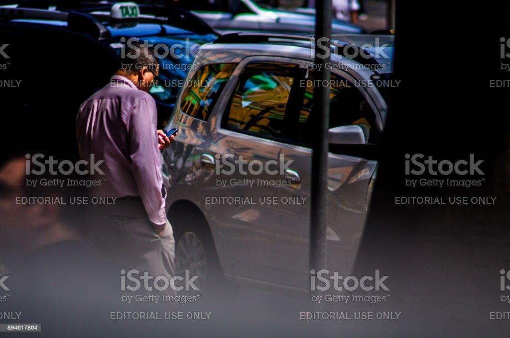 Fotografia de rua documentando de forma artística o cotidiano urbano na cidade de São Paulo, Brasil. Foco seletivo. Lente especial, grande abertura e tilt-shift construída pelo fotógrafo. - foto de acervo