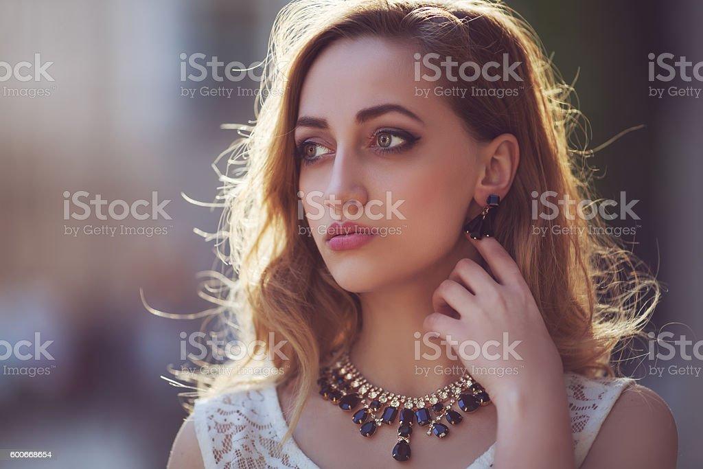 Street portrait of a young beautiful fashionable woman wearing stylish – Foto
