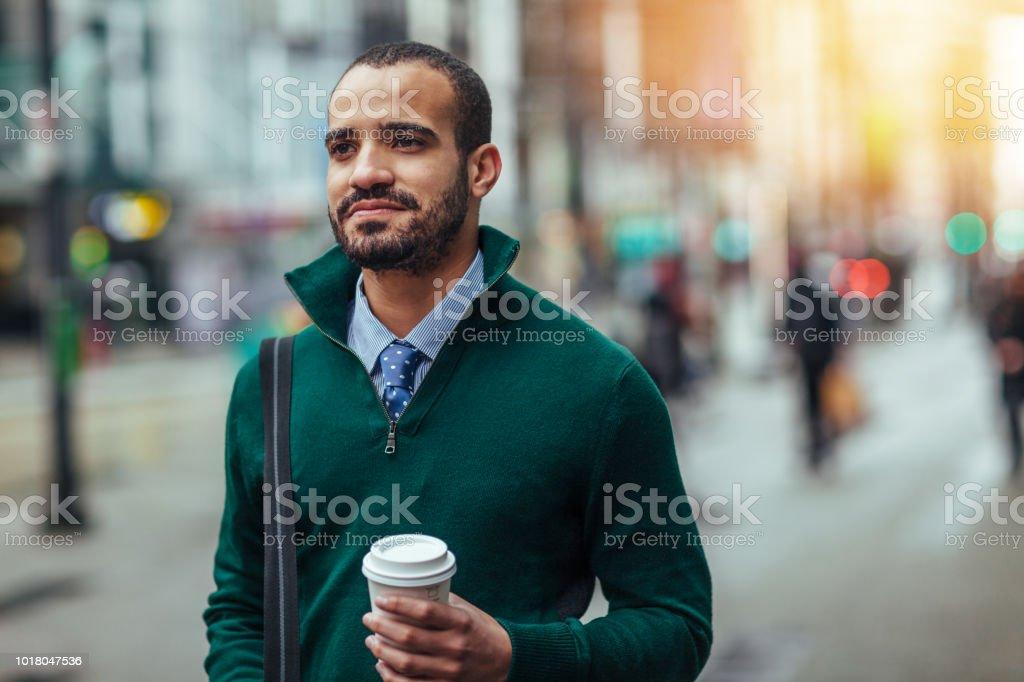 Straße Porträt eines jungen Geschäftsmann hält eine Tasse Kaffee – Foto