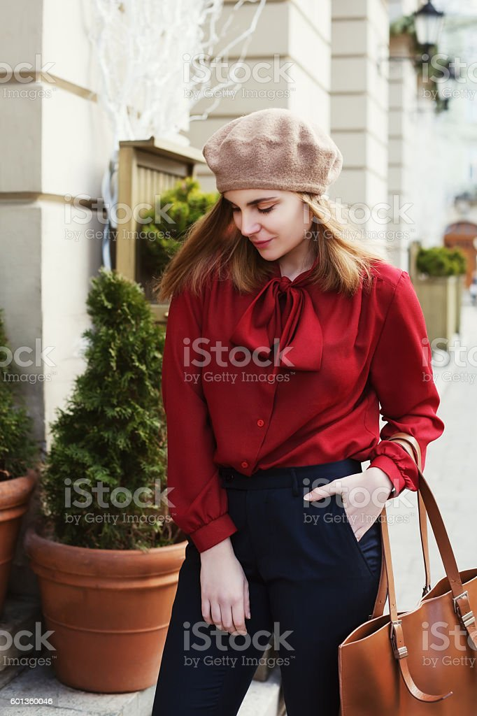 Street portrait of young beautiful woman wearing stylish classic clothes – Foto