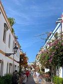 Calle de Puerto Mogan con gente paseando