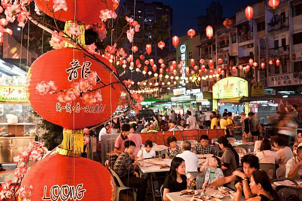 street ristorante jalan alor nel cuore di kuala lumpur - festival delle lanterne cinesi foto e immagini stock