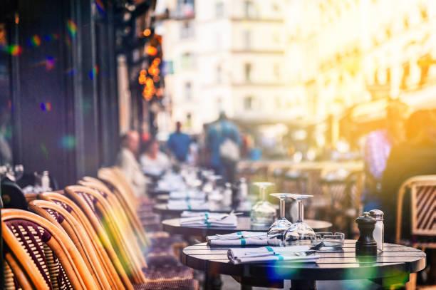 street restaurent in paris - париж франция стоковые фото и изображения