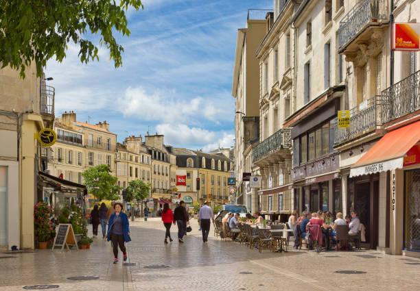 straße rue sadi carnot in poitiers, frankreich - fußgängerzone stock-fotos und bilder
