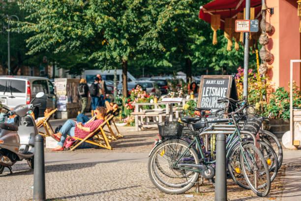 straßenszene in berlin, deutschland - kreuzberg stock-fotos und bilder