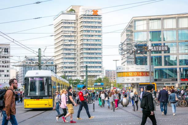 straßenszene in berlin-mitte am alexanderplatz - weltzeituhr stock-fotos und bilder