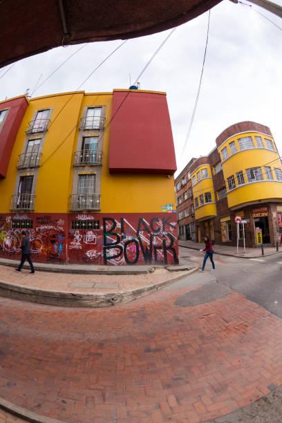 在坎德拉裡亞,波哥大,哥倫比亞的街景。 - black power 個照片及圖片檔