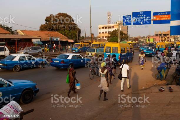 Foto de Cena De Rua Na Cidade De Bissau Com As Pessoas Caminhando Numa Rua Perto Do Mercado De Bittencourt Na Guinébissau e mais fotos de stock de Adulto