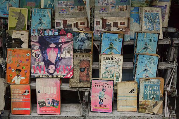 street verkäufer verkaufen sekundenzeiger bücher in kolkata - gebrauchte bücher verkaufen stock-fotos und bilder