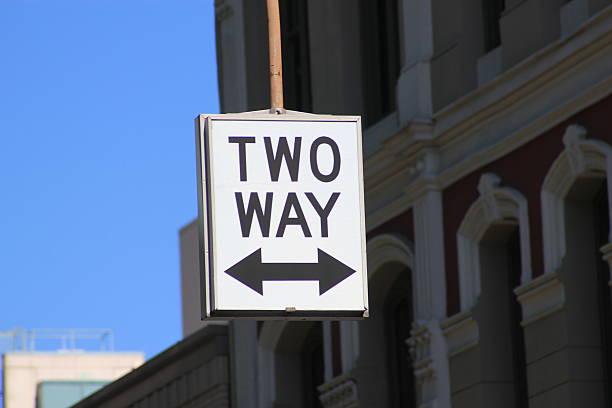 straßenschild für zwei wege verkehr - zweispurige strecke stock-fotos und bilder