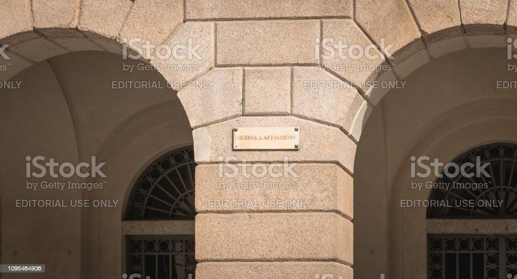 street sign where it is written in Italian post no bills - foto stock