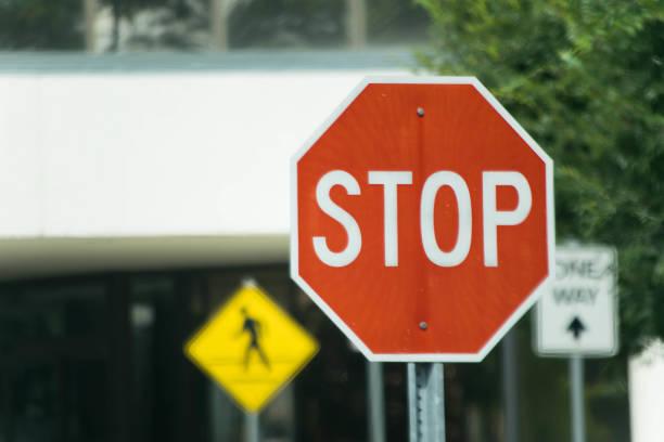 calle las señales - stop sign fotografías e imágenes de stock