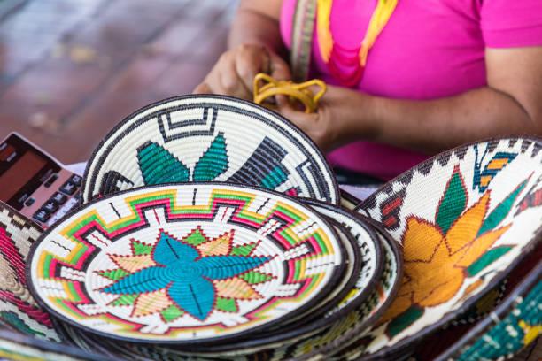 gatustånd med handgjorda souvenirer från panama city - halmslöjd bildbanksfoton och bilder