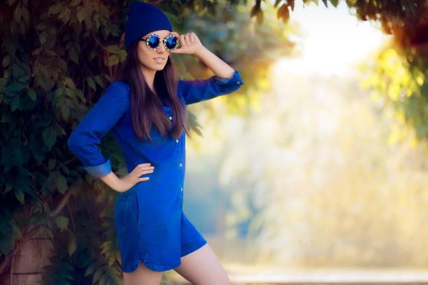 street style fashion girl trägt einen blauen denim strampler - jumpsuit blau stock-fotos und bilder
