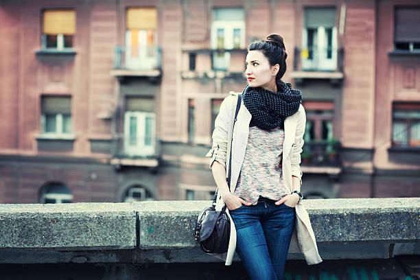 street style vintage mode-porträt - handtasche jeans stock-fotos und bilder