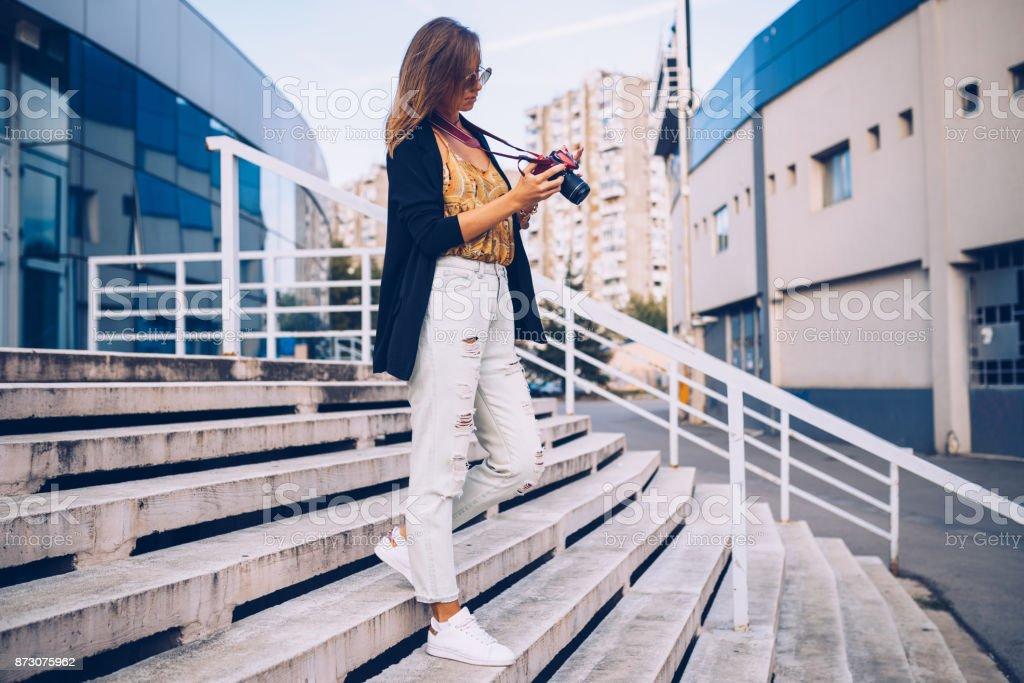 都市通りを歩いてカメラ ストリート スタイルの女性 ストックフォト