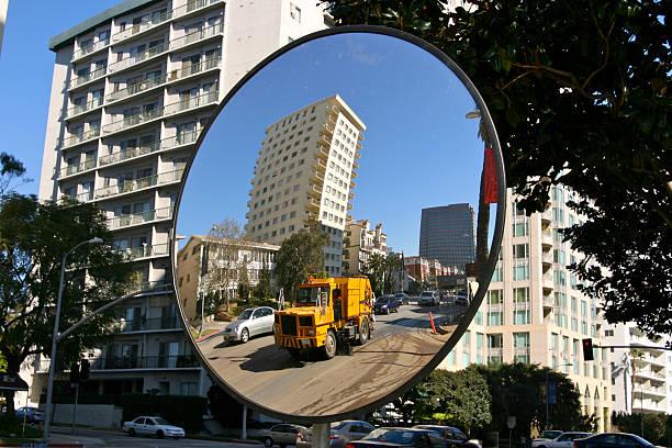 balayeur dans le miroir convexe - convexe photos et images de collection