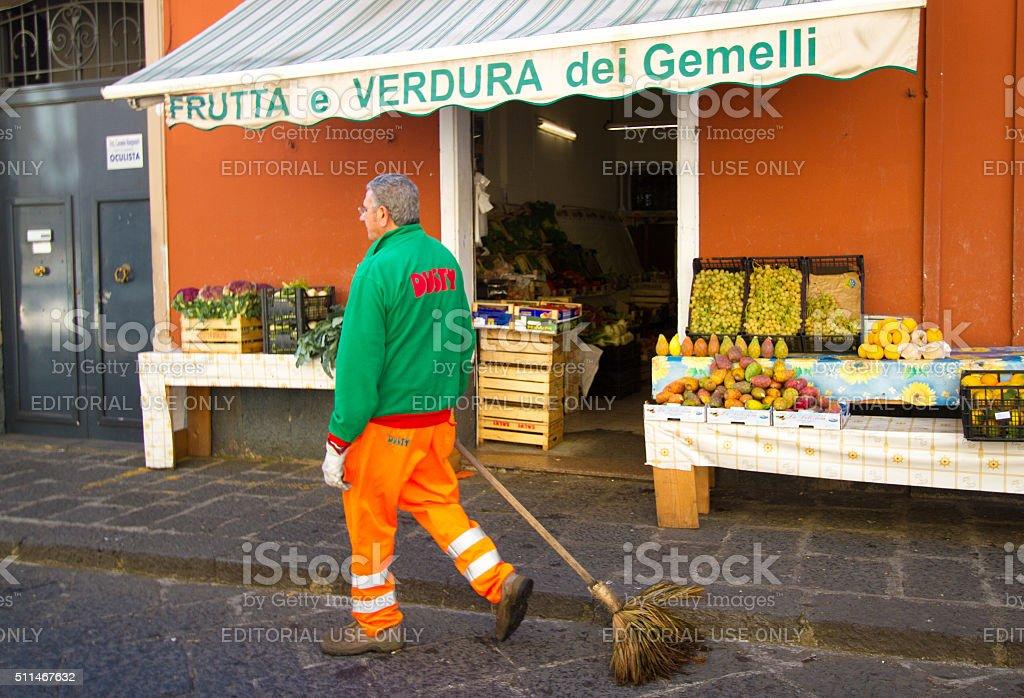 Via Spazzatrice vicino al mercato di frutta e vegetariano, Sicilia - foto stock