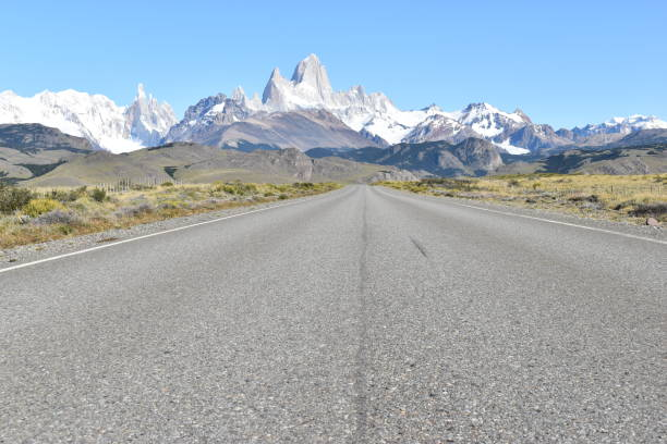 엘 찰텐, 아르헨티나, 파타고니아의 빙하 국립 공원까지 거리, 눈으로 덮인 피츠 로이 마운틴 스톡 사진