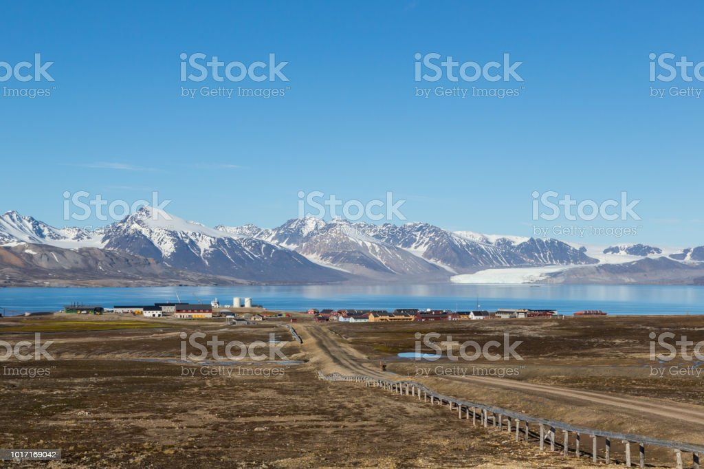 Straße nach Ny Alesund Stadt, Svalbard, Spitzbergen, blauer Himmel – Foto