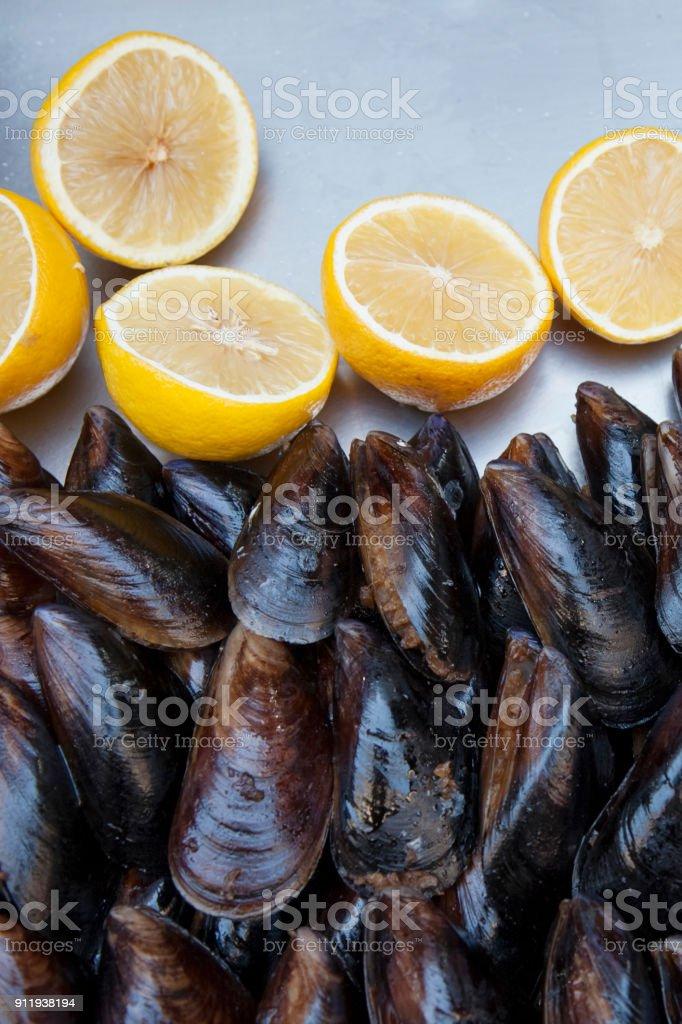 Straße Handel. Ein Tablett mit Muscheln und Zitronen. Gefüllte Muscheln. Draufsicht auf eine Muschel. – Foto