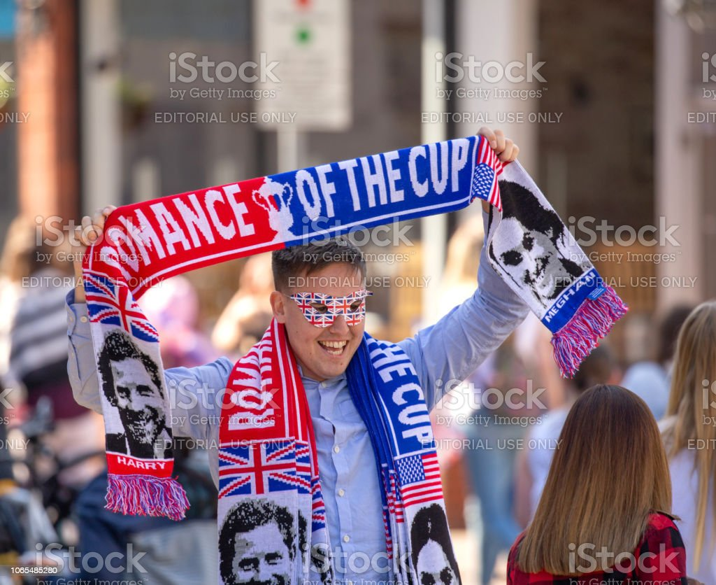 Street vendor selling Royal Wedding clothing to the crowds of people on the streets of Windsor leading towards Windsor castle where the marriage of Meghan Markle and Prince Harry - Стоковые фото Duchess of Sussex роялти-фри