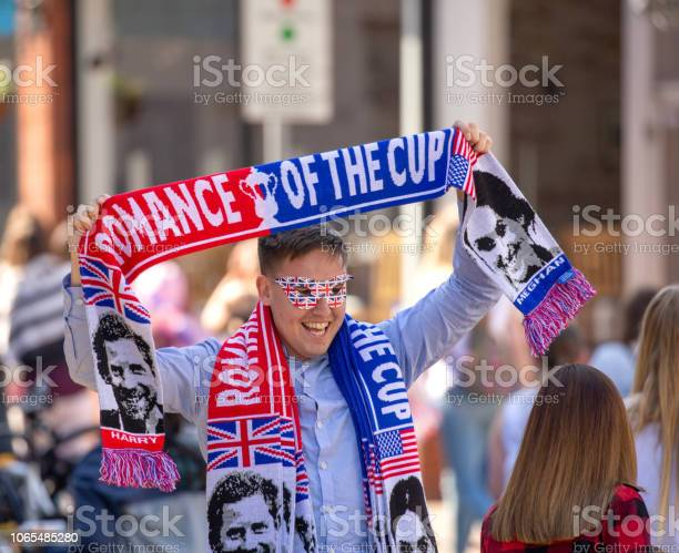 Street Vendor Selling Royal Wedding Clothing To The Crowds Of People On The Streets Of Windsor Leading Towards Windsor Castle Where The Marriage Of Meghan Markle And Prince Harry — стоковые фотографии и другие картинки Duchess of Sussex