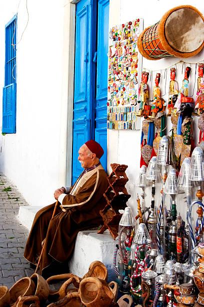 straßenverkäufer souvenirs in tunis - urlaub in tunesien stock-fotos und bilder